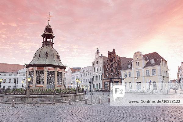 Deutschland  Wismar  Marktplatz mit Wasserkunst in der Dämmerung Deutschland, Wismar, Marktplatz mit Wasserkunst in der Dämmerung