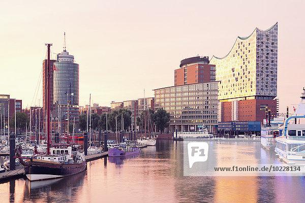 Deutschland  Hamburg  Elbphilharmonie und Hafen im Morgenlicht Deutschland, Hamburg, Elbphilharmonie und Hafen im Morgenlicht