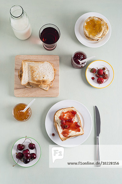 Toast mit Erdbeermarmelade  Toast mit Aprikosenmarmelade  Erdbeeren und Kirschen  Milchflasche Toast mit Erdbeermarmelade, Toast mit Aprikosenmarmelade, Erdbeeren und Kirschen, Milchflasche