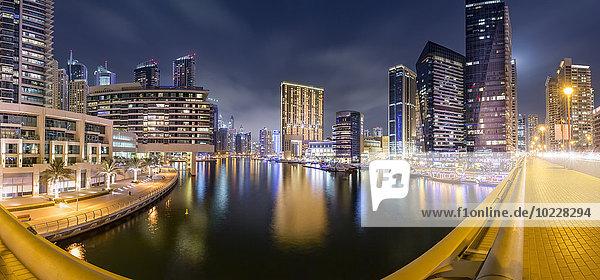 VAE  Dubai  Panoramablick auf Dubai Marina bei Nacht