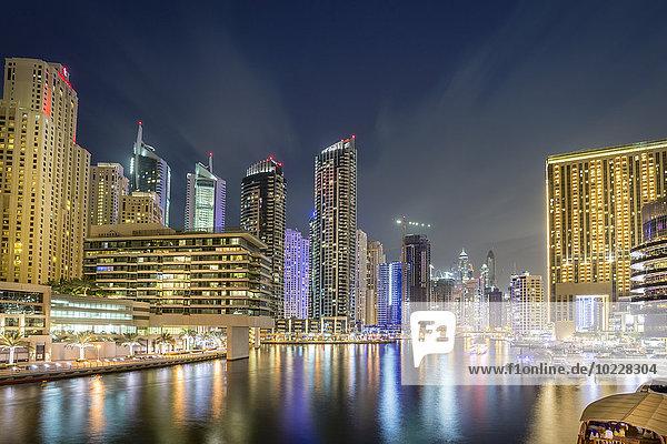 VAE  Dubai  Blick auf Dubai Marina bei Nacht