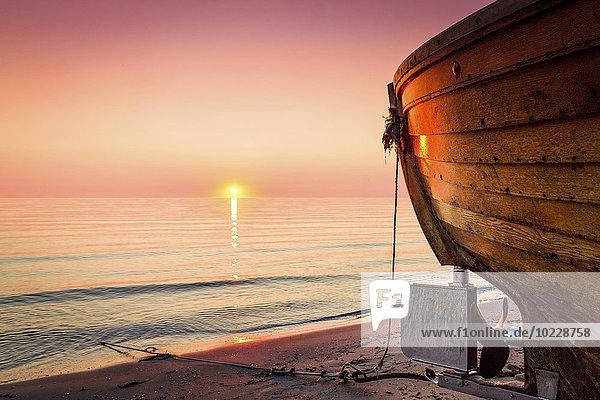 Deutschland  Rügen  Binz  Boot am Strand bei Sonnenaufgang