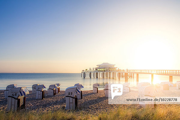 Deutschland  Niendorf  Blick auf Timmendorfer Strand mit Kapuzenstühlen und Seebrücke Deutschland, Niendorf, Blick auf Timmendorfer Strand mit Kapuzenstühlen und Seebrücke