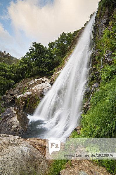 Spanien  Galizien  Neda  Belelle Wasserfall im Fluss Belelle