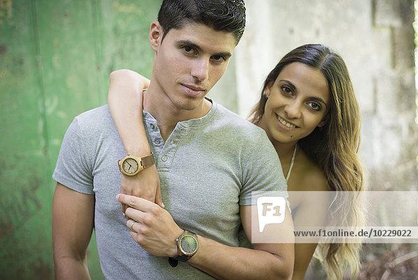 Porträt eines jungen Paares im Freien