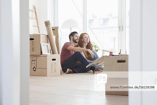 Junges Paar in neuer Wohnung mit Kartons
