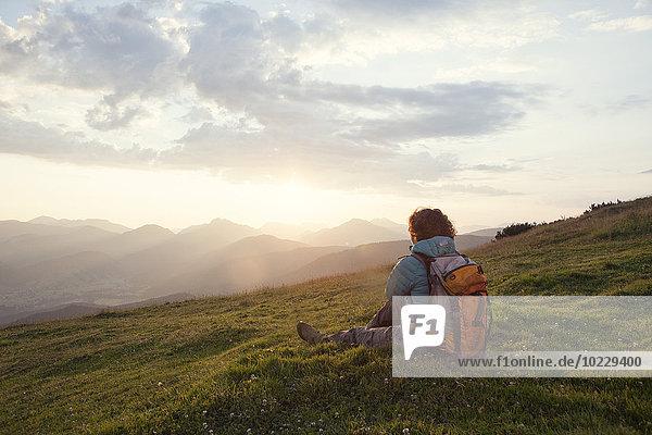 Österreich  Tirol  Unterberghorn  Wanderer in alpiner Landschaft bei Sonnenaufgang