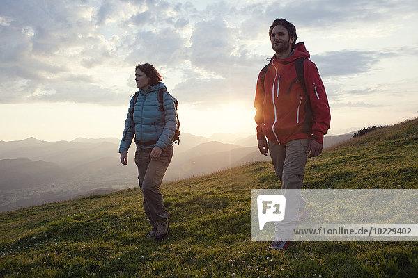 Österreich  Tirol  Paarwandern am Unterberghorn bei Sonnenaufgang