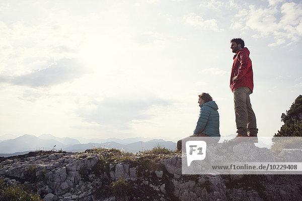 Österreich  Tirol  Unterberghorn  zwei Wanderer ruhen in alpiner Landschaft