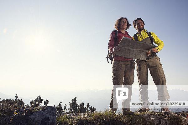 Österreich  Tirol  Paar stehend mit Karte bei Unterberghorn