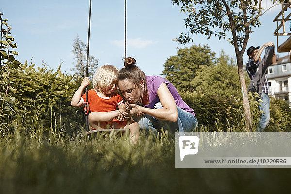 Mutter betreut verletzte Tochter im Garten