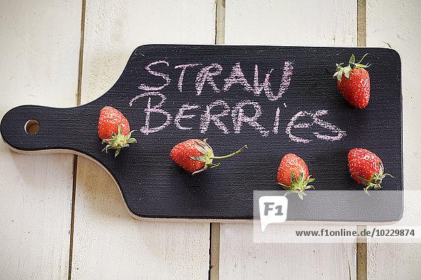 Holztafel mit Erdbeeren als Tafel
