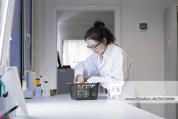 Laborantin im klinischen Labor