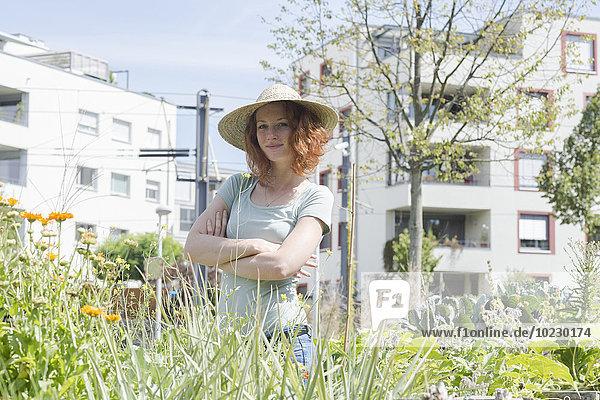 Junge Frau im Garten  städtische Gartenarbeit