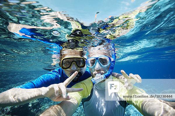 Malediven  Porträt eines Paares beim Schnorcheln im Indischen Ozean