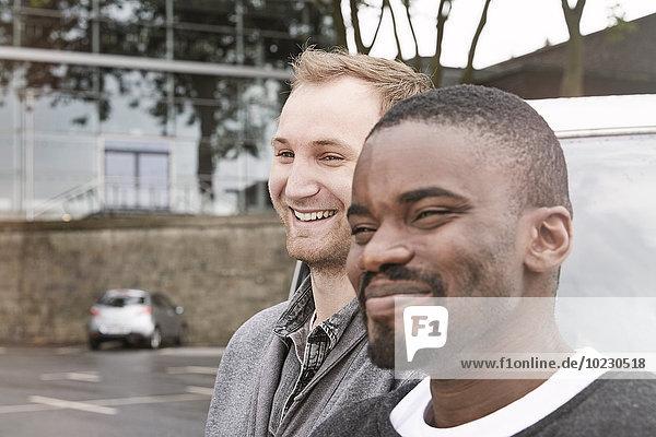Zwei lächelnde Männer im Freien