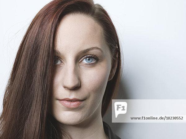 Porträt der brünetten jungen Frau