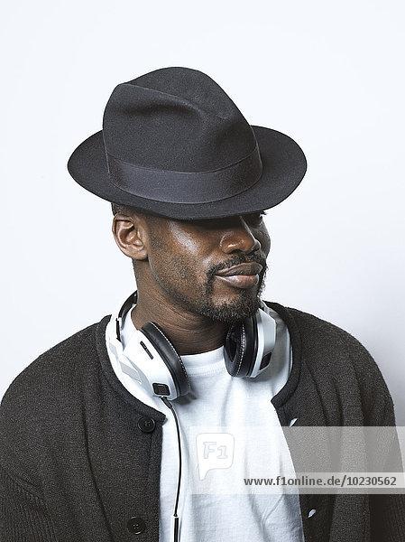Junger Mann mit Hut und Kopfhörer