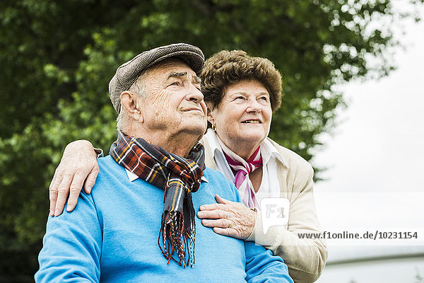 Seniorenpaar beobachtet etwas