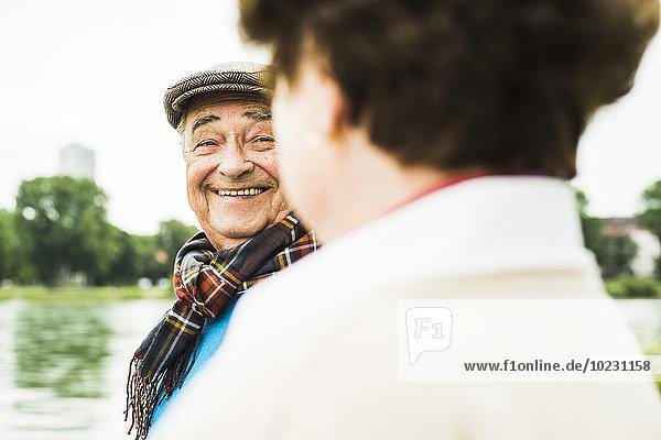 Lächelnder älterer Mann von Angesicht zu Angesicht mit seiner Frau