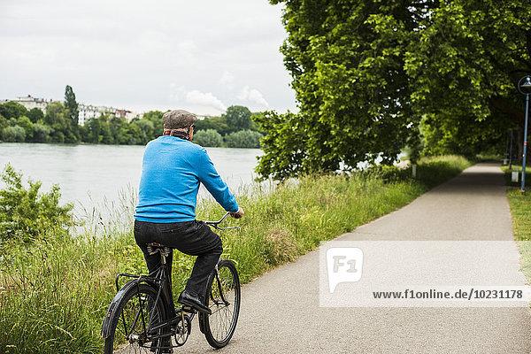 Senior Mann auf dem Fahrrad