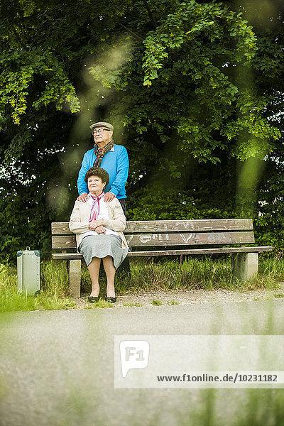 Seniorenpaar schaut in die Ferne