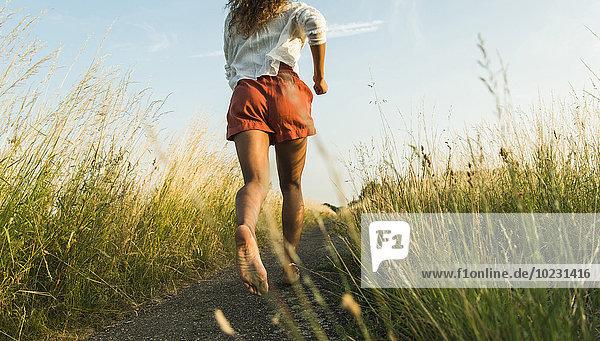Junge Frau beim Laufen auf dem Feld