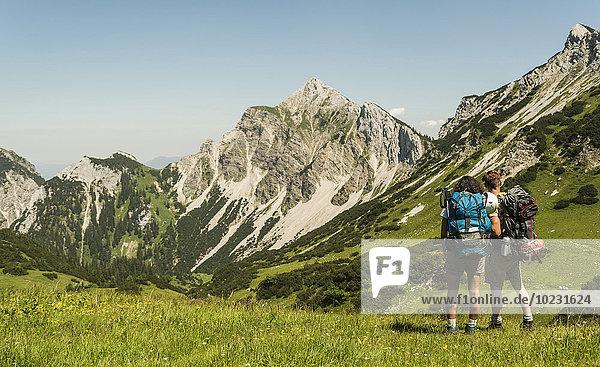 Österreich  Tirol  Tannheimer Tal  junges Paar auf der Alm stehend