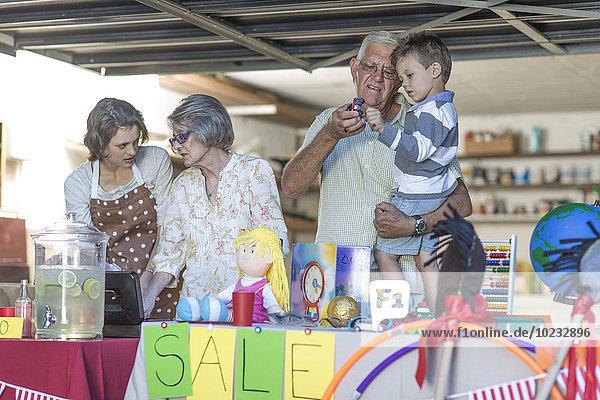 Drei Generationen Familie mit einem Garagenverkauf