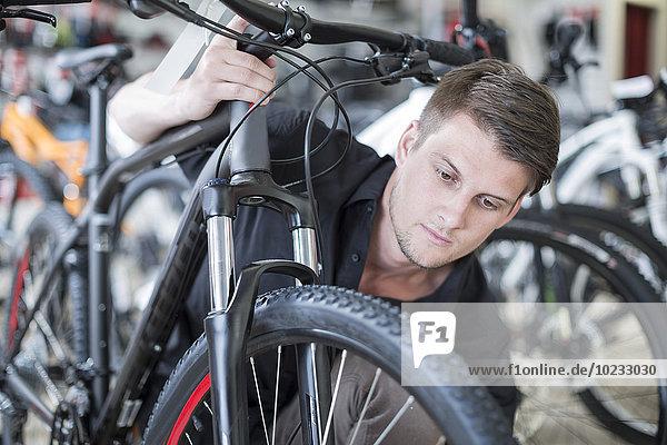 Junger Mann im Fahrradgeschäft