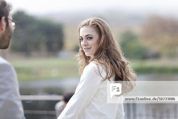 Porträt einer jungen Frau auf einer Terrasse