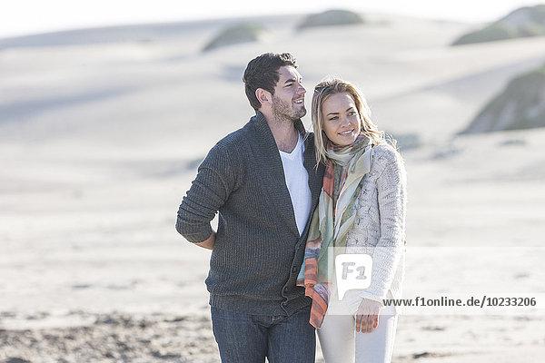 Südafrika  Kapstadt  junges Paar beim Spaziergang am Strand