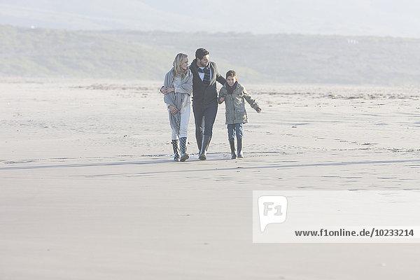 Südafrika  Kapstadt  Familienwandern am Strand