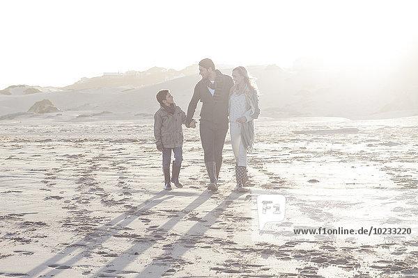 Südafrika  Kapstadt  junges Paar und Sohn beim Spaziergang am Strand
