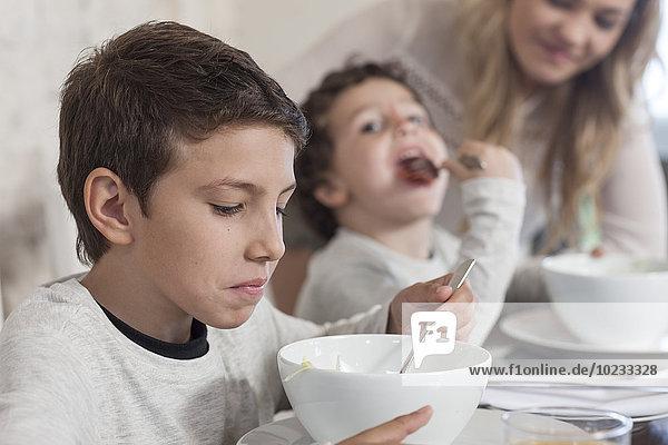 Junge mit Familie beim Mittagessen im Esszimmer