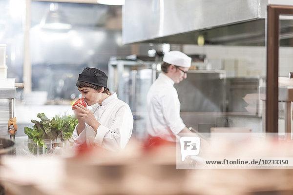 Zwei Käsestücke beim Zubereiten von Speisen in der Restaurantküche