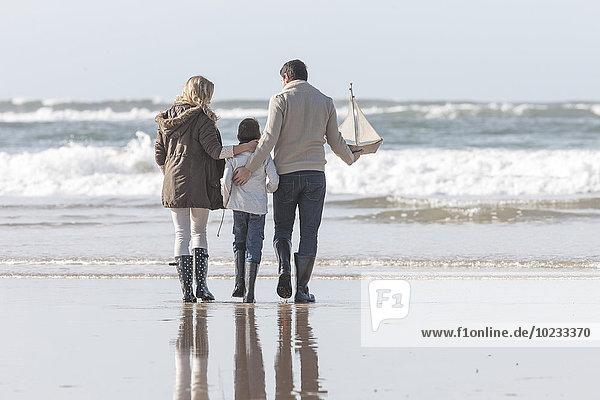 Südafrika  Witsand  Familie am Strand