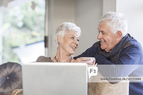 Seniorenpaar im Gespräch zu Hause
