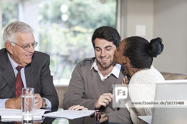 Junges Paar bei einem Treffen mit einem Verkäufer