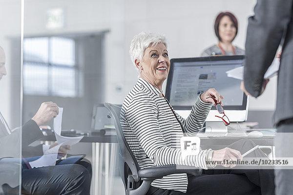 Kollegen im Büro arbeiten zusammen