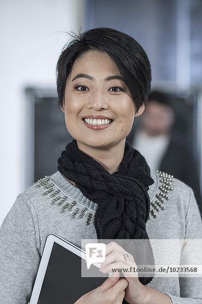 Porträt einer gelegentlichen Geschäftsfrau mit digitalem Tablett