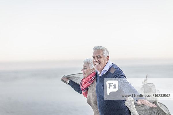 Südafrika  Kapstadt  Seniorenpaar zum Entspannen am Strand