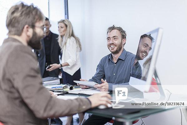 Kreative Geschäftskollegen bei einem Meeting im Büro