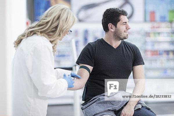 Arzt bei der Blutentnahme