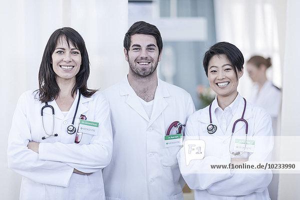 Porträt von drei lächelnden Ärzten