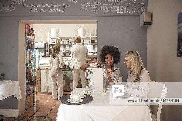 Zwei Freunde treffen sich im Cafe