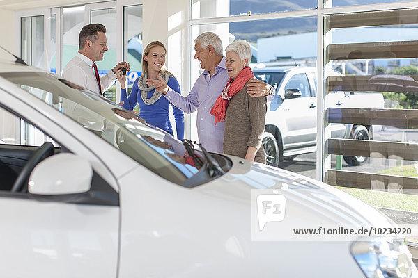 Eltern kaufen ein neues Auto für ihre Tochter