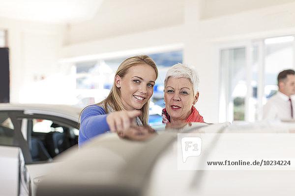 Mutter und erwachsene Tochter auf der Suche nach einem neuen Auto