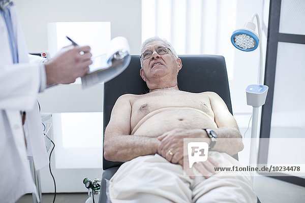 Älterer Mann bei der Untersuchung im Krankenhaus