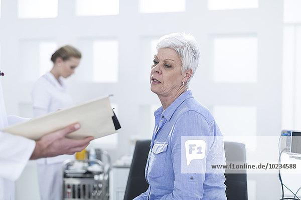 Ältere Frau  die beim Arzt nachsieht.